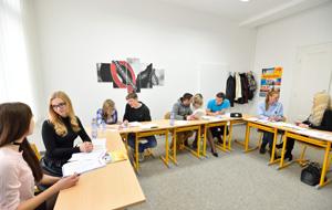 skupina studentů během jazykového kurzu