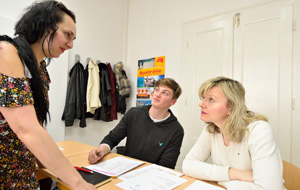 lektor s dvěma studenty