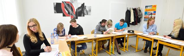 skupina studentů spolupracujících během kurzu